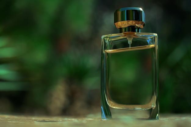 Flacon de parfum dans la verdure