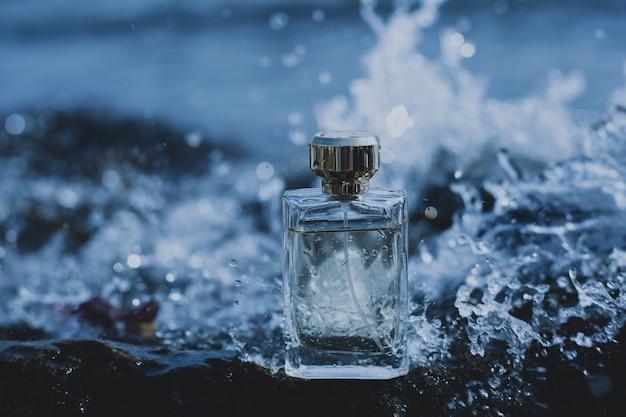 Flacon de parfum avec de l'eau