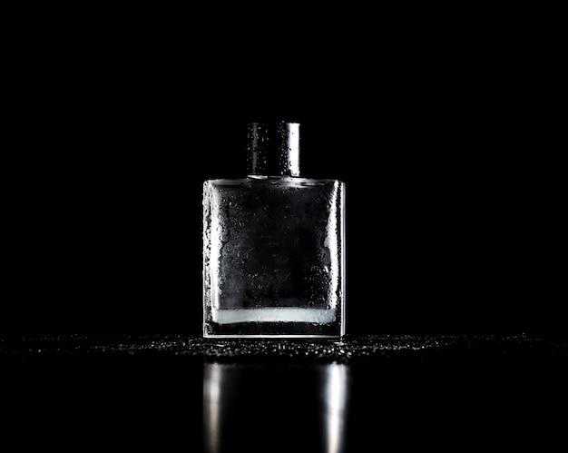 Flacon de parfum élégant sur fond noir