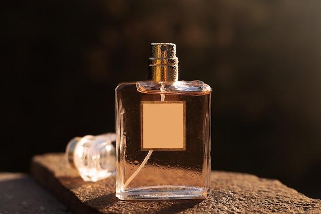 Flacon De Parfum Féminin Au Soleil Photo Premium