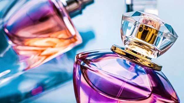 Flacon de parfum sur fond brillant parfum floral doux parfum glamour et eau de parfum comme cadeau de vacances et design de marque de cosmétiques de beauté de luxe