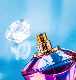 Flacon de parfum sur fond brillant parfum floral doux parfum glamour et eau de parfum comme holida...