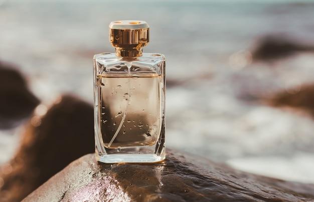 Flacon de parfum sur le fond de la mer