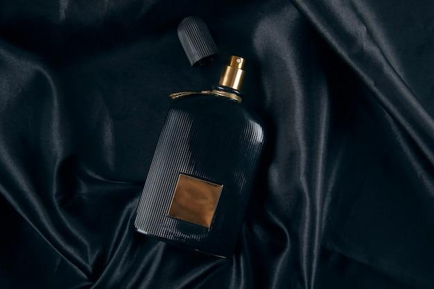 Flacon de parfum sur fond noir