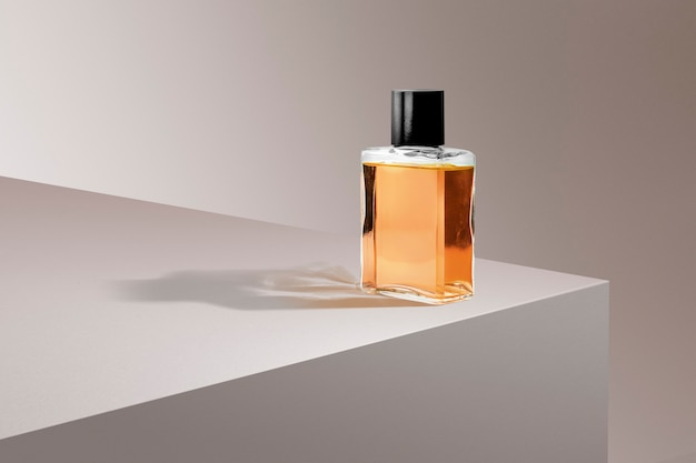 Flacon de parfum sur fond de produit rose