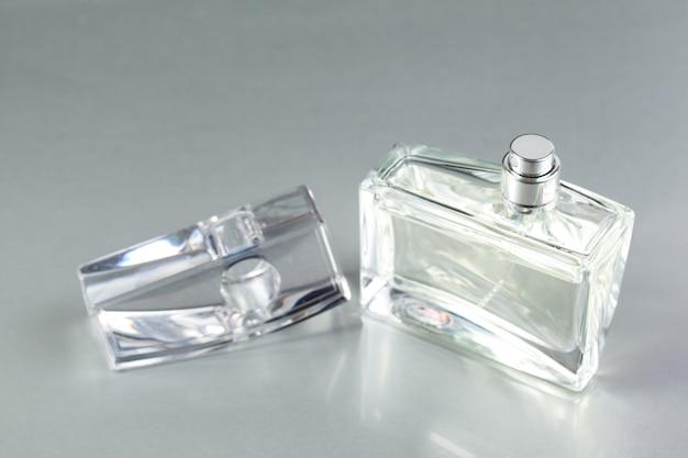 Flacon de parfum sur fond sombre