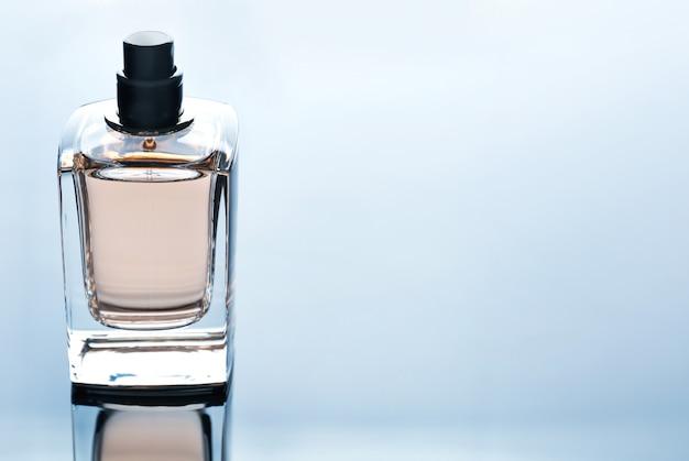 Flacon de parfum sur gris