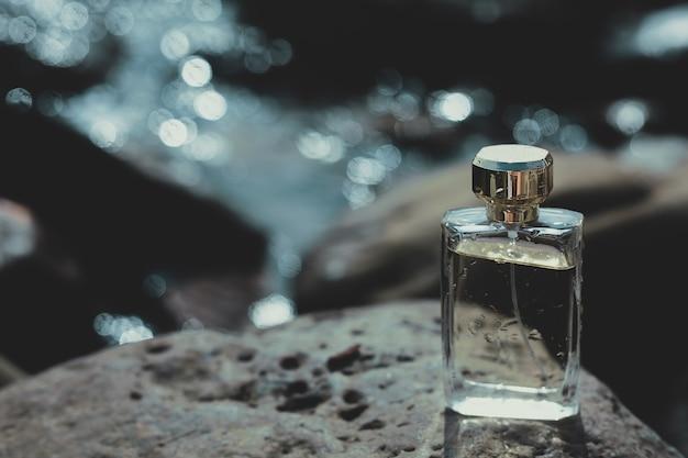 Flacon de parfum humide sur une pierre