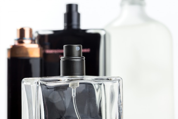 Flacon de parfum isolé
