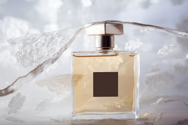Flacon de parfum jaune élégant
