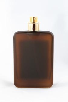 Flacon de parfum marron mat pour hommes sur fond blanc