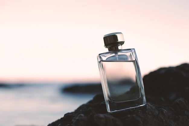 Flacon de parfum sur la mer