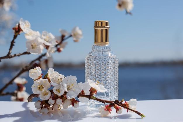 Flacon de parfum sur la nature, parfum cosmétique