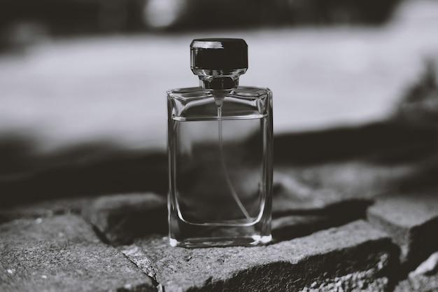 Flacon de parfum en noir et blanc