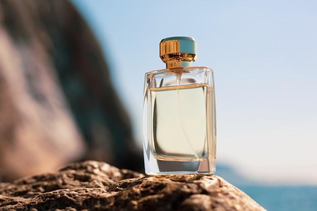 Flacon de parfum sur un paysage marin
