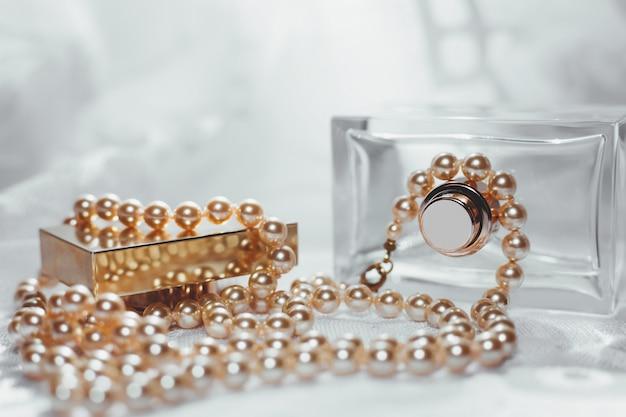 Flacon de parfum avec perles blanches