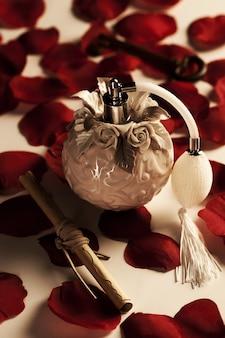 Flacon de parfum sur pétales de rose rouge, concept d'amour et de passion.
