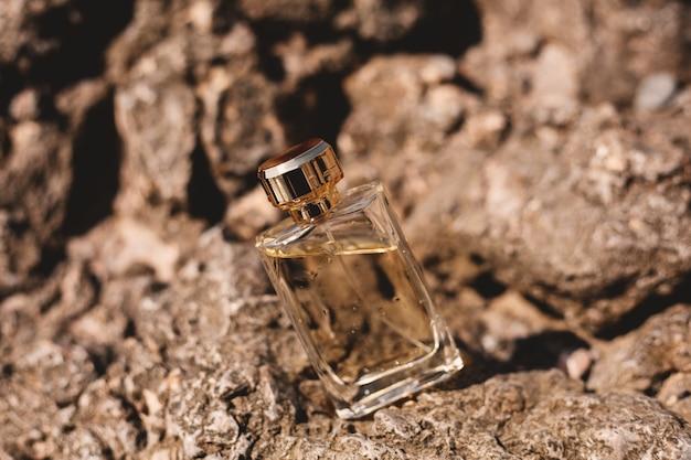 Flacon De Parfum Sur Pierres Photo Premium