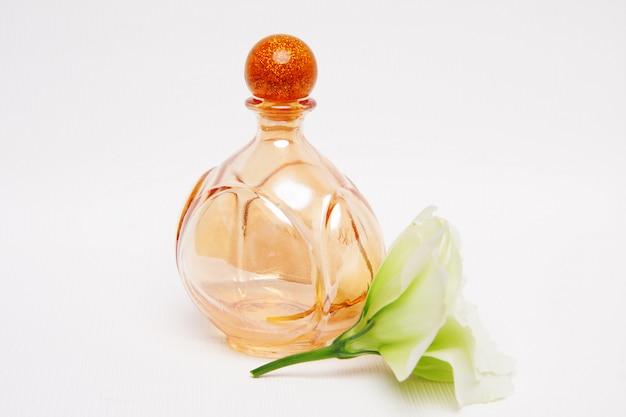Flacon de parfum avec rose blanche