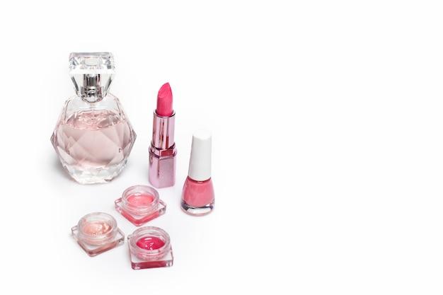 Flacon de parfum, vernis à ongles et rouge à lèvres