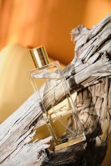 Flacon de parfum en verre en bois flotté, fond teinte naturelle
