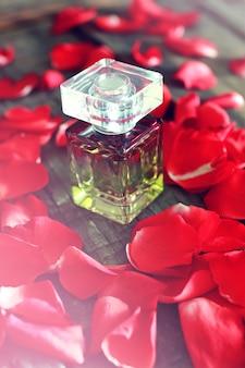 Flacon et pétale de parfum de rose