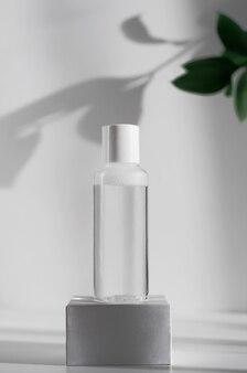 Flacon en plastique avec de l'eau micellaire pour le démaquillage