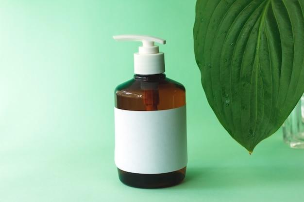 Flacon pompe pour maquettes de bouteilles cosmétiques en verre ambré avec crème pour les mains naturelle