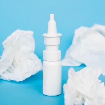 Flacon pulvérisateur nasal et mouchoirs