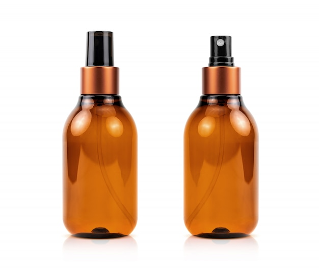 Flacon pulvérisateur de sérum cosmétiques brun isolé