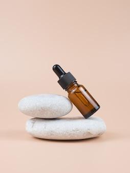 Flacon en verre brun avec sérum, huile essentielle ou autre produit cosmétique