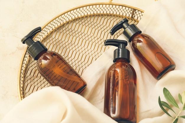 Flacons distributeurs cosmétiques sur surface claire