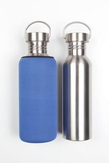 Flacons à eau en acier en métal sur blanc