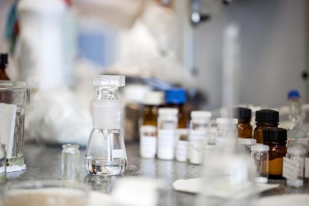 Flacons avec des liquides dans un laboratoire, usine de l'industrie pharmaceutique et laboratoire de production, concept de chimie