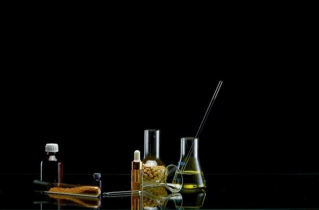 Flacons médicaux avec différents liquides sur fond noir