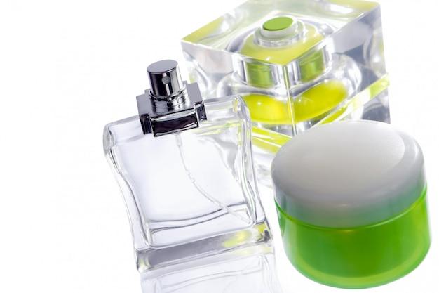 Flacons de parfum sur blanc