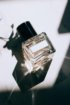 Flacons de parfum avec étiquettes vierges