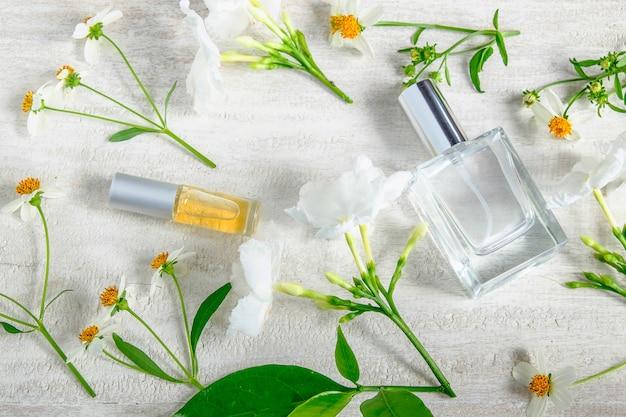 Flacons de parfum sur fond blanc, vue de dessus