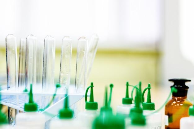 Flacons de produits chimiques dans un laboratoire de chimie tests de laboratoire de produits chimiques