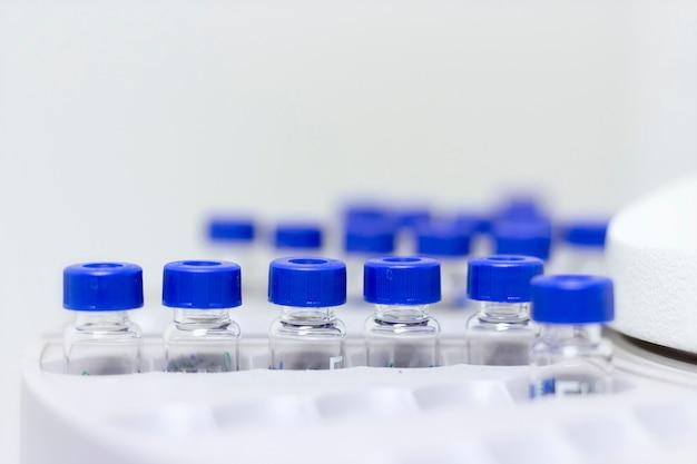 Les flacons sont disposés dans l'échantillonneur automatique pour la chromatographie en cpg en laboratoire de chimie