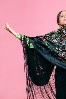 Flamenca portant un châle de manille, les yeux fermés
