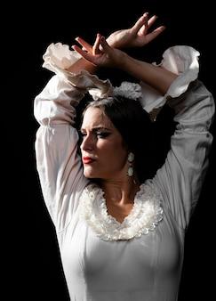 Flamenca vue de face avec les mains croisées