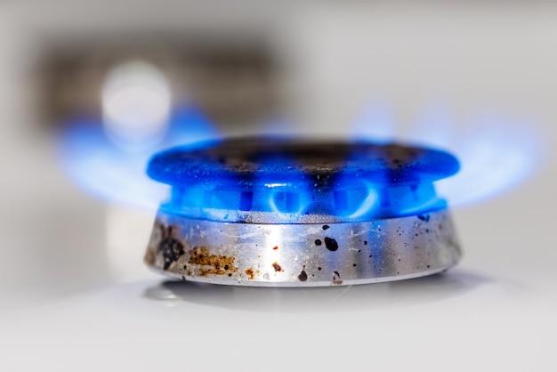 La flamme bleue du brûleur à gaz de la cuisinière