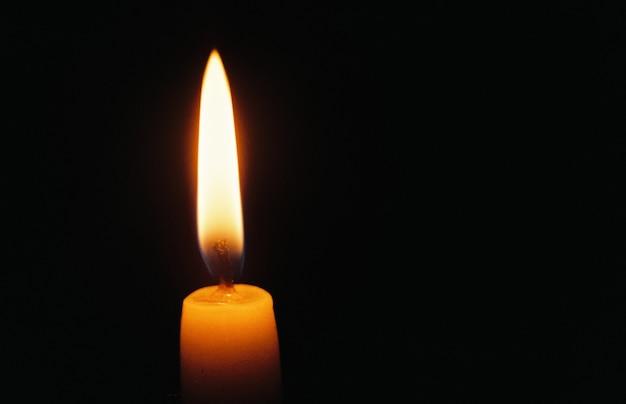 Flamme de bougie sur fond noir