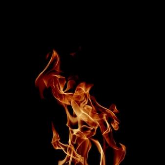 Flamme brillante sur noir