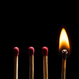 Flamme brûlante d'allumettes, image haute résolution d'arrière-plan de bordure noire
