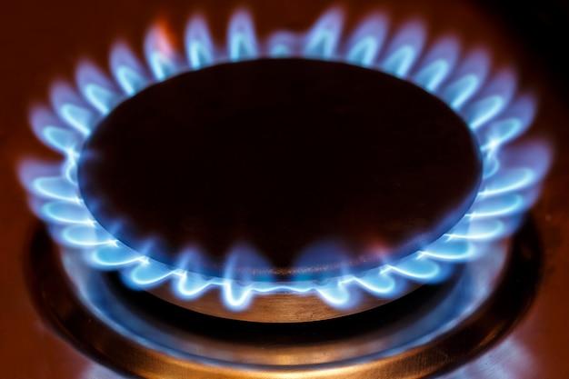 Flamme du brûleur à gaz à la cuisinière à gaz