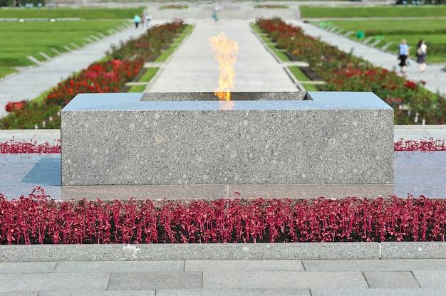 Flamme éternelle au cimetière piskarevsky à saint-pétersbourg, en russie
