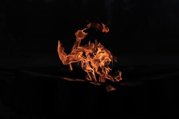 Flamme éternelle flamme dans le noir lumière dans le noir