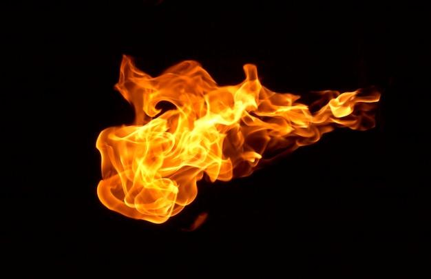Flamme de feu isolée sur fond noir